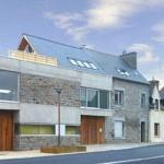 Une extension contemporaine dans un village breton
