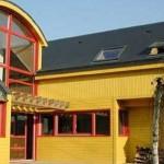 Une maison jaune et rouge en bois en région parisienne