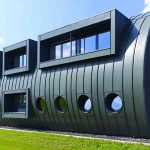 Un bâtiment « oléoduc » en zinc-titane, signé Sebastien Kummer