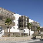A Baillargues, Hérault, A+Architecture affirme une continuité urbaine contemporaine