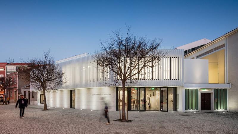 Un centre pastoral en sa paroisse, signé Plano Humano Arquitectos