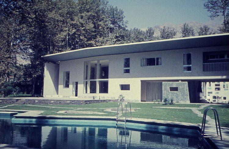 Vue de la villa Nemazee depuis la piscine, Téhéran, 1964