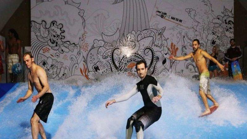 Surf en ville, un tsunami délicieusement décadent