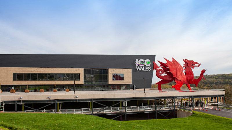 Au pays de Galles, un centre des congrès avec façades aux tons pierre