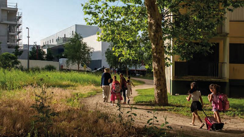 C'est une école bleue à Vaulx-en-Velin, on y vient à pied, par Dominique Coulon