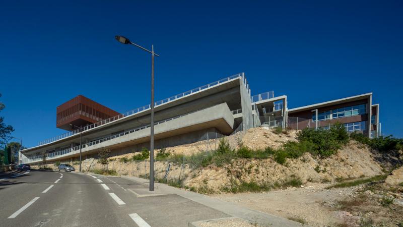 A Nîmes, le Pôle éducatif Jean d'Ormesson, signé MDR : strates avec vue sur la plaine