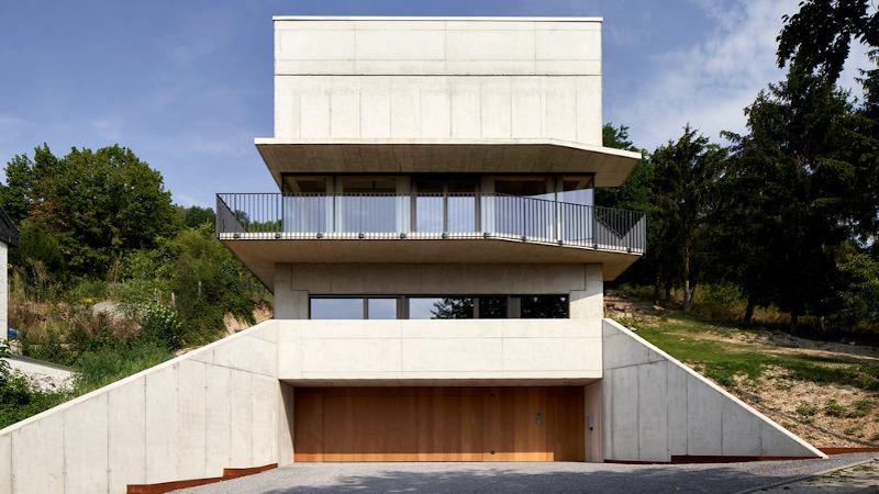 En Allemagne, maison Röhrig de Studio Hertweck, un cube dans la pente