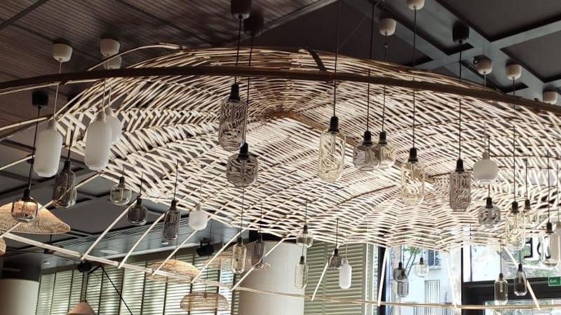 Un luminaire monumental en bambou pour le Novotel Porte de Versailles