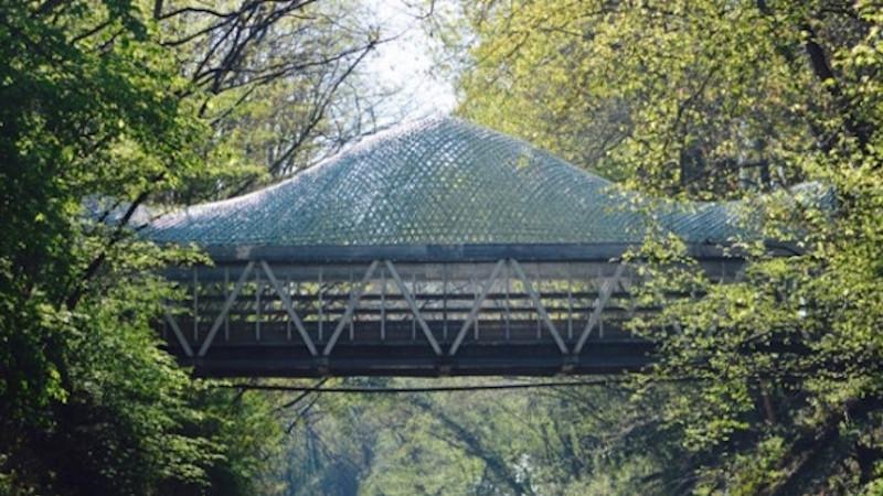 Couverture d'une passerelle en maillage de bambou, par Atelier Déambulons