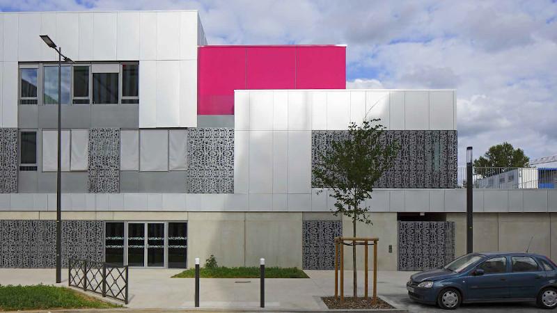 Rose fuchsia à Noisy-le-Sec, école Jean Renoir signée Valero Gadan