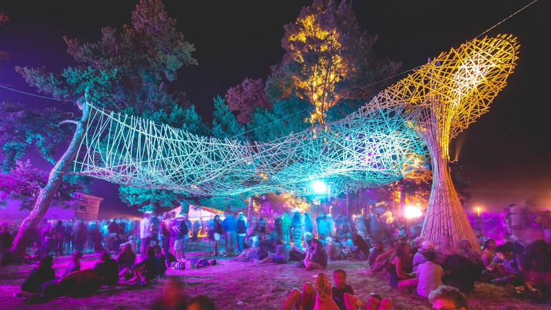 Les canopées de l'Atelier Déambulons ou la légèreté de la lamelle de bambou