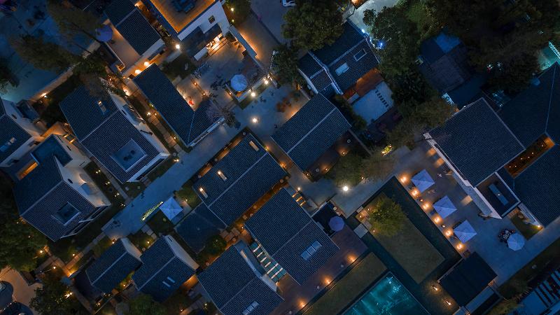 Un village entier transformé en un hôtel original par Bob Chen en Chine