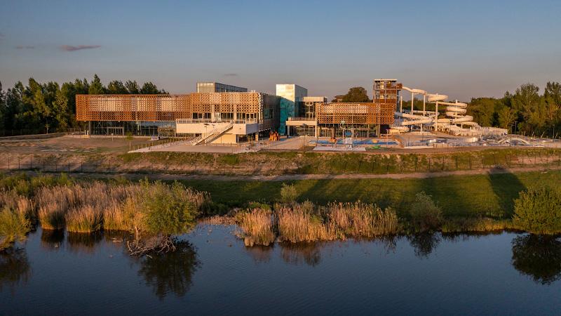 Le centre aquatique de Libourne, conçu par AP-MA, est presque dans le lac